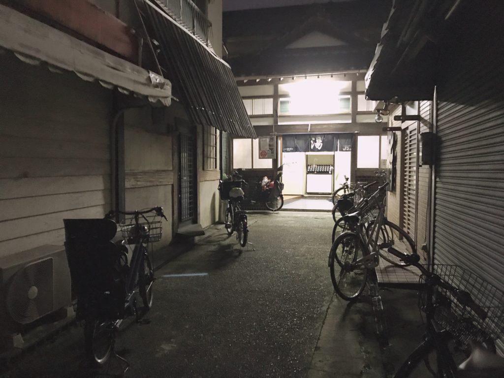 夜の太平館入口